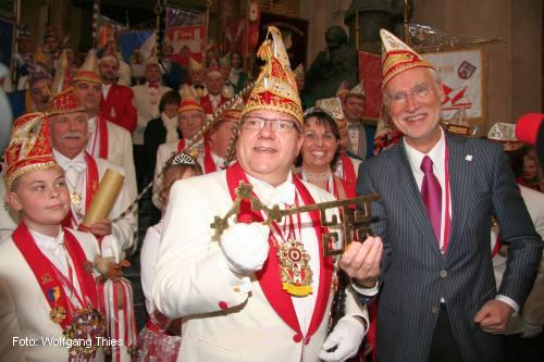 Bürgermeister Bernd Strauch (r.) überreicht den Goldenen Schlüssel an Prinzenpaar Detlef I