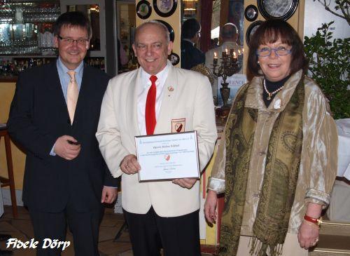 Heinz Nöthel (mitte), ARV-Vorsitzende Anne Stache und Bezirksbürgermeister Andreas Markurth
