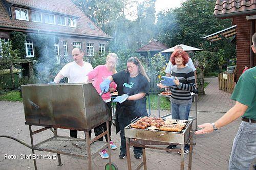 Michael, Franzi, Yvonne und Angela beim Grillen (Foto: Olaf Schwarz)